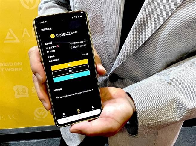 全金集成公司將於明天(29日)前在2020 Taipei FINEXPO台北金融博覽會中與大家介紹全新的「DEAC黃金提貨單」,透過「GoldPro」APP輕鬆24小時買黃金。(石欣蒨攝)