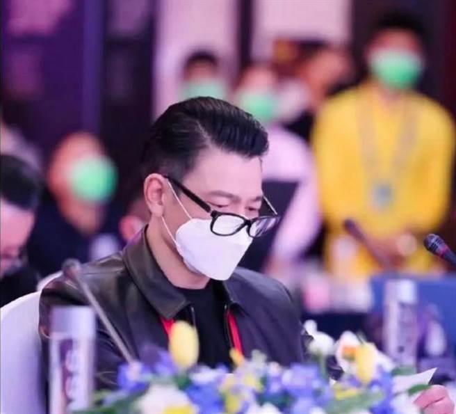 劉德華戴上老花眼鏡引起熱烈討論。(圖/ 摘自微博)