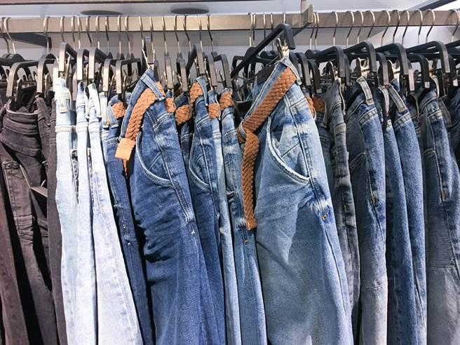 一般牛仔褲為了求硬挺,在製造過程會處理兩次,分別為漿染(染色)再上漿(定型)。(示意圖/達志影像)