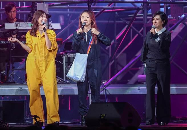 蘇慧倫與黃韻玲、陶晶瑩今晚同台合唱。(粘耿豪攝)