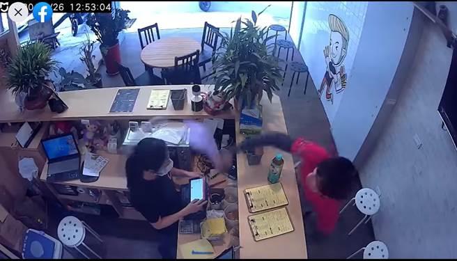 遭女店員酸言酸語 外送員怒砸她餐點再呼巴掌 店家回應了(翻攝 FB社團「台南爆料公社-台南最大社團」)