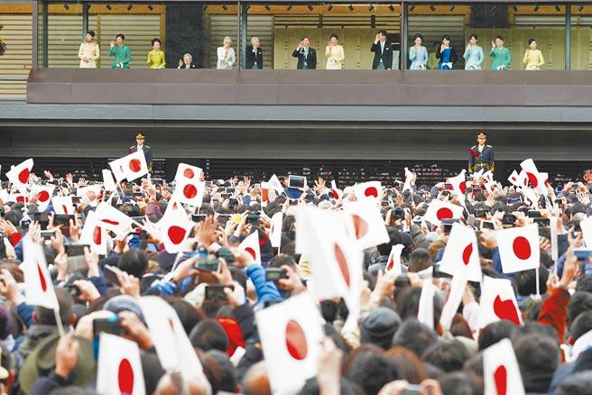 為防新冠疫情擴大感染,日本宮內廳27日宣布明年不舉行新年朝賀,這也是日本皇室30年來首次取消。圖為今年1月德仁天皇夫婦與皇室成員舉行朝賀。(美聯社)