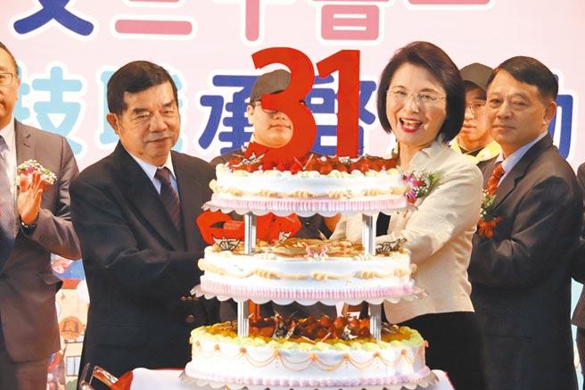 景文科技大學27日舉辦31周年校慶活動,景文科技大學校長洪久賢(右二)與獲邀嘉賓共同祝賀。(景文科大提供╱李侑珊台北傳真)
