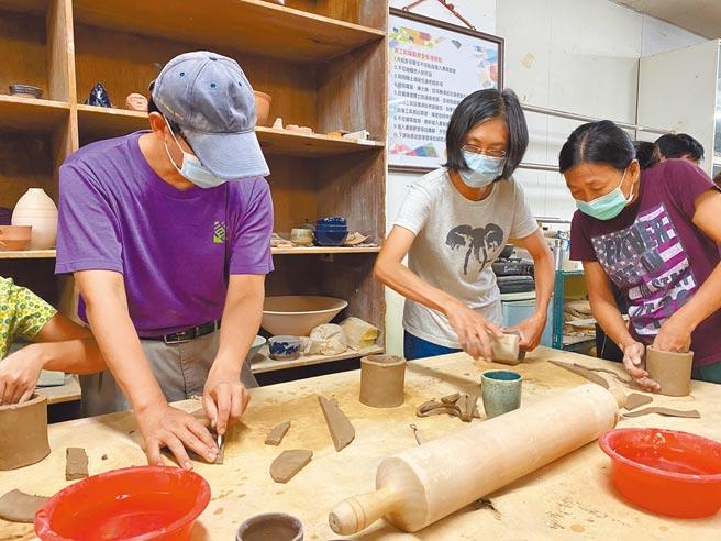 新竹市金山面文化協會曾舉辦多次製陶活動,希望民眾認識金山面窯業過往的風華。(吳慶杰提供/邱立雅竹市傳真)
