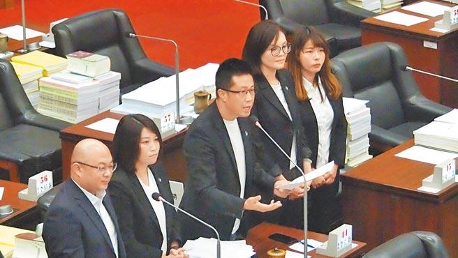 高雄巿議員鍾易仲(中)27日再度針對高雄3條捷運2年內真動工在議會質詢。(曹明正攝)