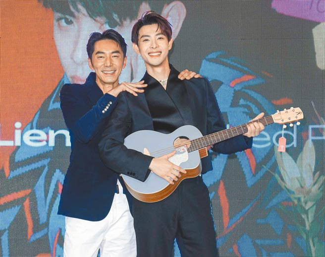 李李仁(左)昨送連晨翔一把吉他,預祝專輯大賣。(吳松翰攝)