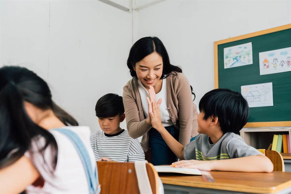 孩子寫造句作業時時常無意間「出賣」父母。(示意圖/達志影像)