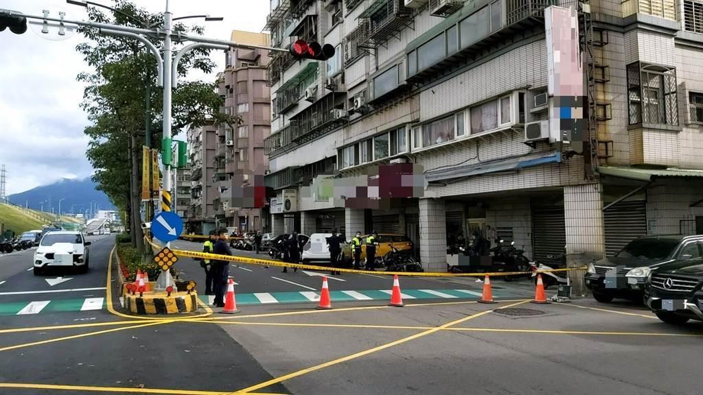 目前警方正於現場進行交通管制,採證、釐清案情。(警方提供/戴上容新北傳真)