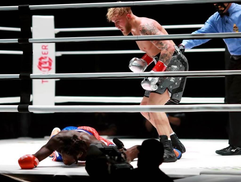 NBA退役灌籃王羅賓生(左)29日登上拳擊擂台,被痛打一頓難堪落敗。(路透)