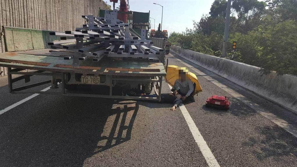 大貨車上26歲女乘客掉落國道,雙腿再被大貨車輾過嚴重骨折。(國道七隊提供/吳敏菁彰化傳真)