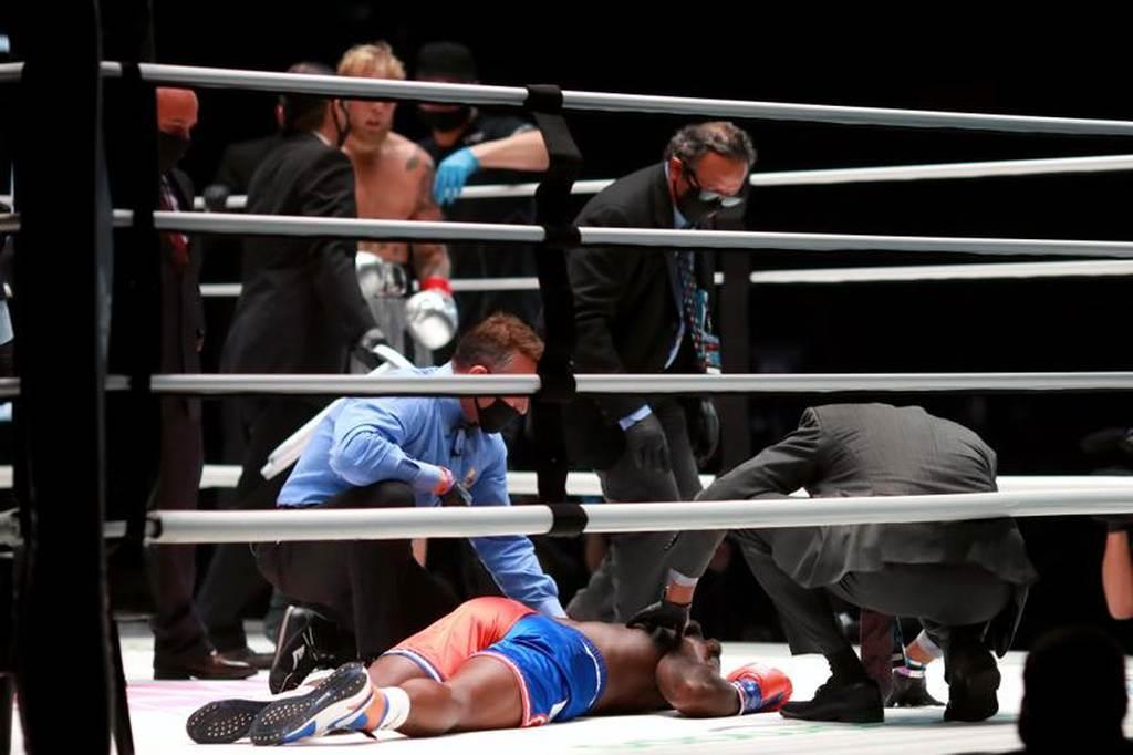 羅賓生最後一次倒地,裁判沒有讀秒就宣布比賽結束。(路透)
