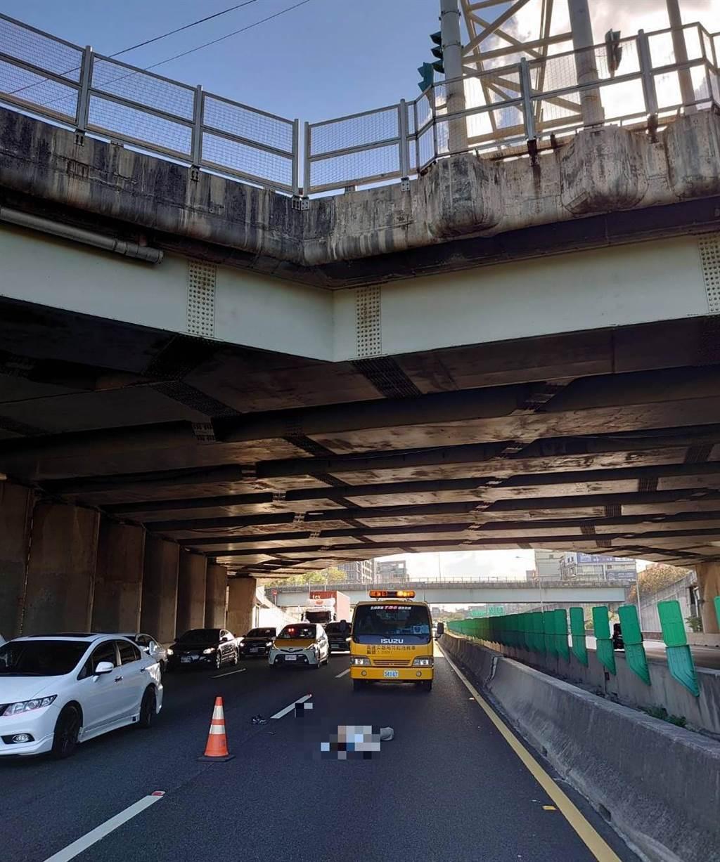 國道1號高速公路北上94k、新竹市公道五路橋下路段,29日下午2點30分左右,突然有名男子因不明原因自10公尺高的公道五路橋上墜落下方國道。(民眾提供/陳育賢新竹傳真)
