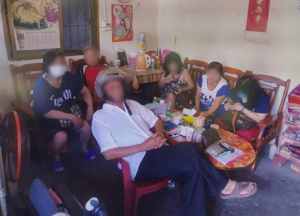 彰化員林警分局破獲一處私娼寮,警方在現場逮捕高齡84歲剛「完事」準備離去的嫖客,淡定被捕。(警方提供/吳建輝彰化傳真)