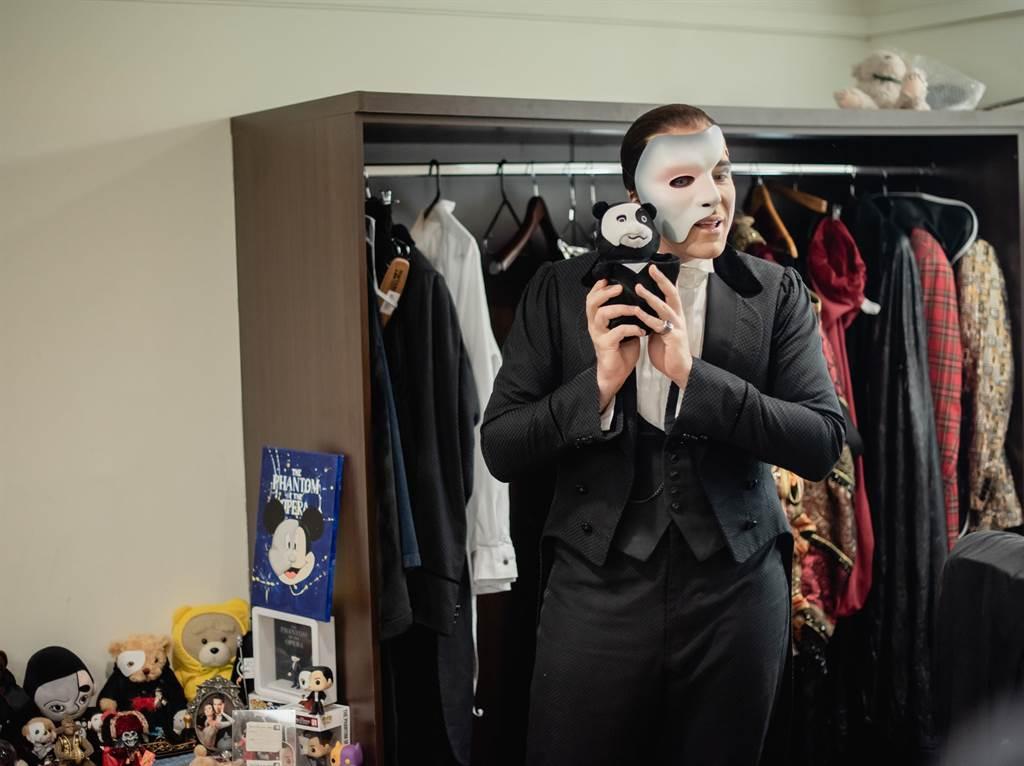 《歌劇魅影》男主角Johnathan開心與魅影玩偶合影。(寬宏藝術提供)