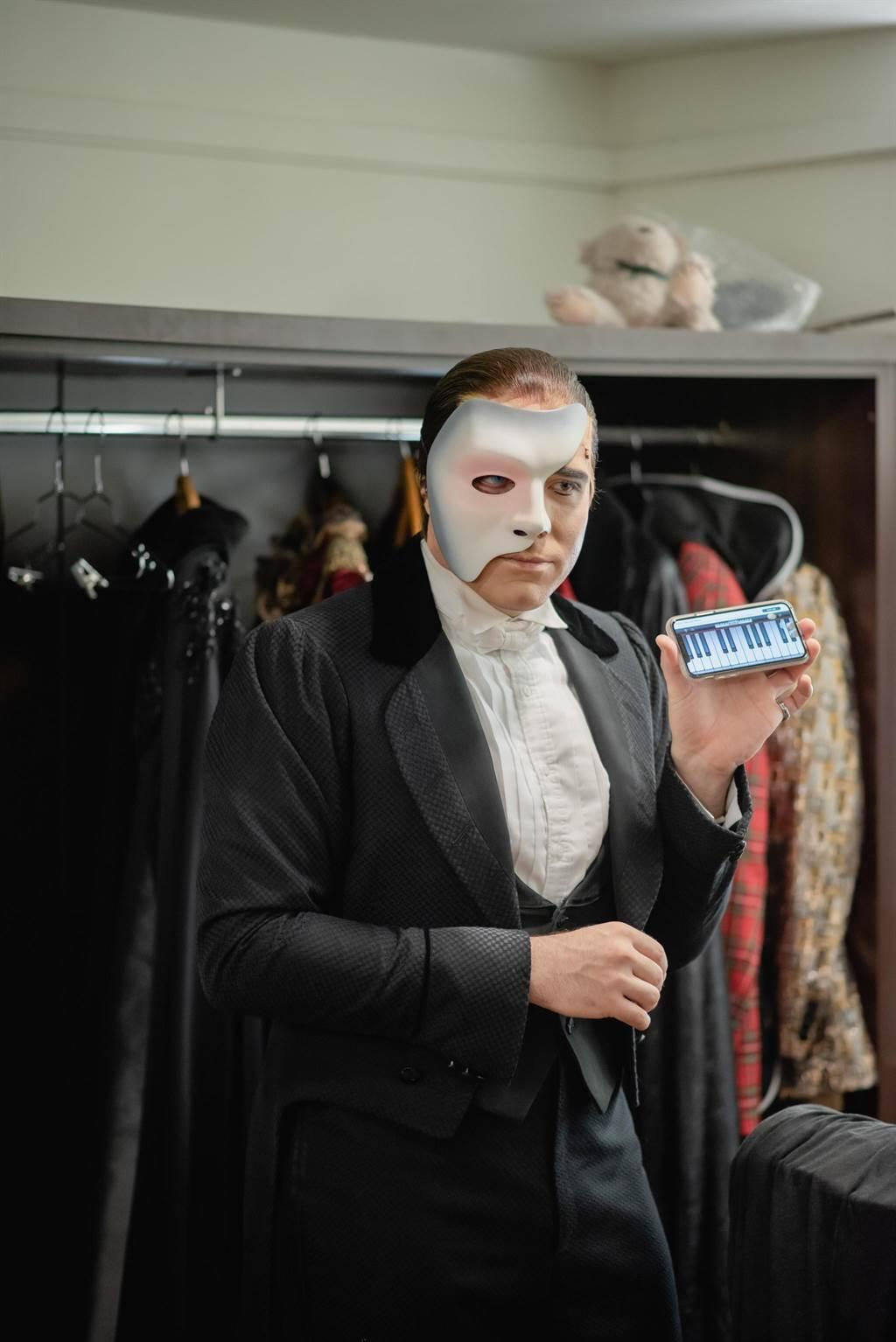 《歌劇魅影》男主角Johnathan秀出他的鋼琴APP。(寬宏藝術提供)