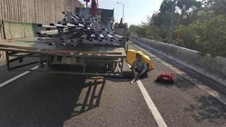 驚悚畫面曝光!國6年輕女從大貨車摔落 雙腿遭碾躺車道