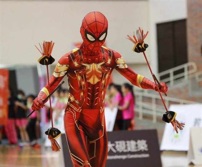 臺南市慈濟國中吳昀宸在撥拉棒項目表演突出。(大會提供)