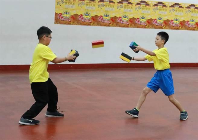 沏磚-團體國小中年級組新橋國小-表演拋磚引玉。(大會提供)