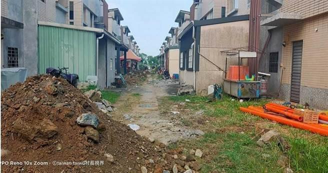 吾拉魯滋部落居民因居住空間不足,不少住戶將永久屋往後方防火巷擴建。(圖/截自郭茂源臉書)