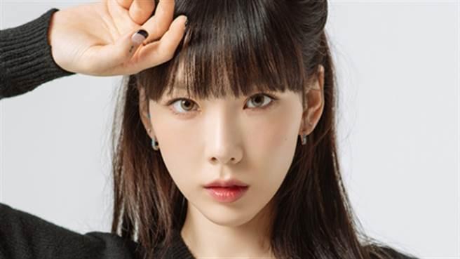 太妍登上日本雜誌vivi封面,性感透視裝吸引粉絲的目光。(圖/twitter@kimtaenos)
