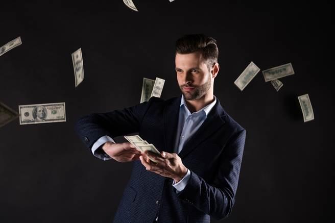 英國一名電商公司的老闆,去年將2100英鎊,約價值8億台幣的現金分給員工,讓許多人一夕之間成為千萬富翁。(示意圖/達志影像)