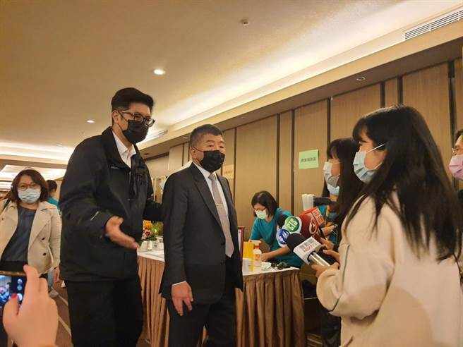秋冬專案12月1日上路,海外國人返台將檢付登機前3天的PCR陰性證明。圖為衛福部長陳時中。(陳人齊攝)