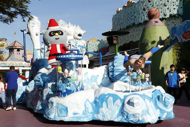麗寶樂園舉辦耶誕遊行,首度推出特技遊行花車,還會製造下雪效果,深受大小朋友喜愛。(王文吉攝)