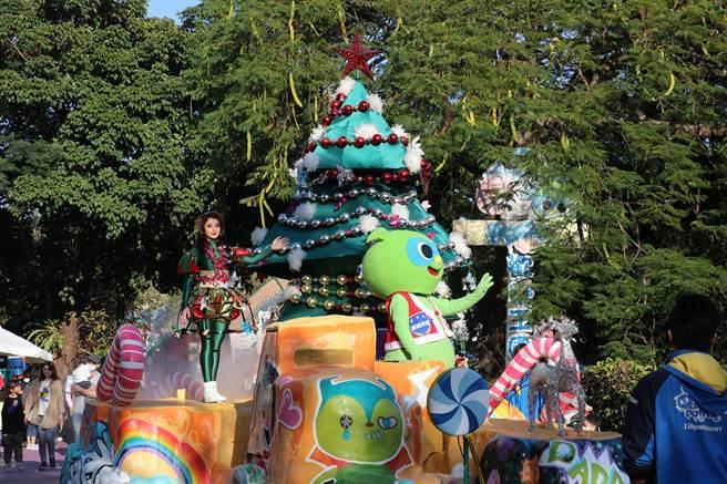 麗寶樂園耶誕花車遊行由高蹺耶誕老人帶頭出場,帶領耶誕精靈帶來精彩舞蹈。(王文吉攝)