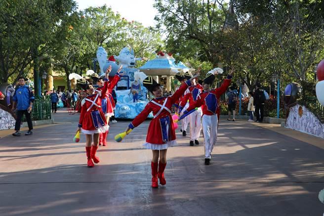 麗寶樂園耶誕花車遊行由高蹺耶誕老人帶頭出場,帶領胡桃鉗士兵帶來精彩舞蹈。(王文吉攝)