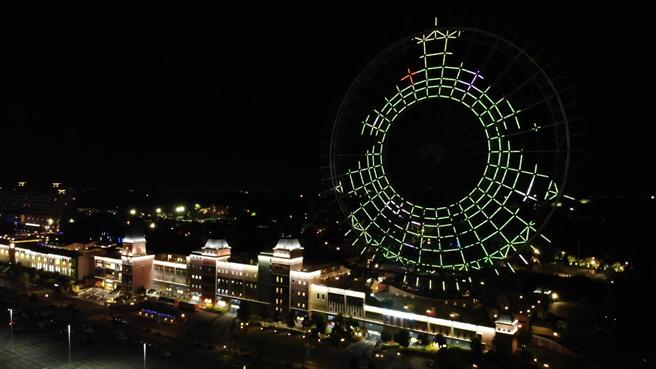 全台最大耶誕燈光秀點亮台中!雪花、麋鹿,還有聖誕老人駕著雪橇飛越夜空。(王文吉攝)