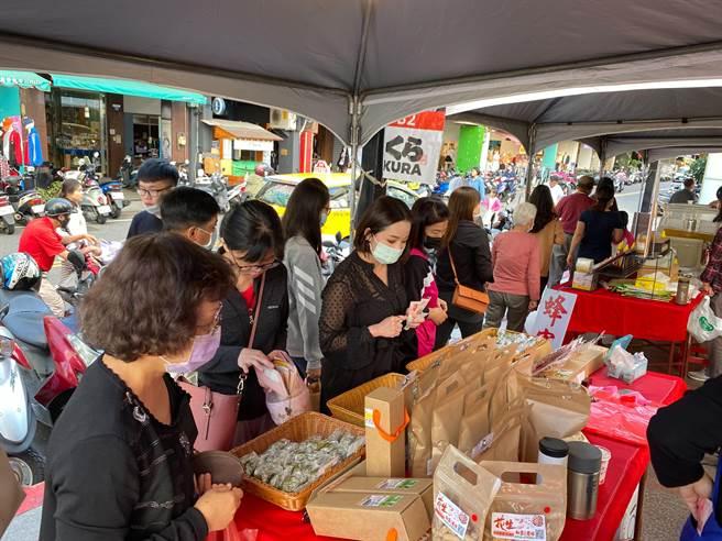 台中市芋頭暨優質農特產品推廣行銷活動吸引民眾選購。(台中市農業局提供/王文吉台中傳真)