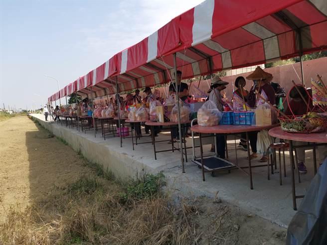 上茄苳中排一改善工程29日舉行完工謝土儀式。(劉秀芬攝)