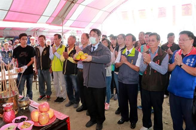 黃偉哲出席上茄苳中排一改善工程完工謝土儀式。(台南市府提供/劉秀芬台南傳真)