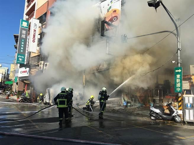 台中市東勢區1間燒烤店失火,火勢延燒隔壁2戶鐵皮建物。(台中市消防局提供/王文吉台中傳真)