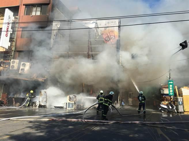 台中市東勢區1間燒烤店失火,消防隊員佈設水線搶救。(台中市消防局提供/王文吉台中傳真)