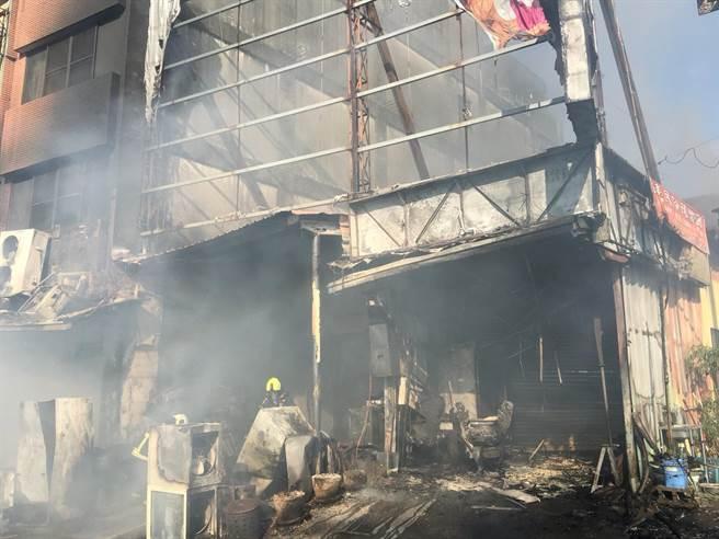 台中市東勢區一家燒烤店失火,波及隔壁2戶鐵皮建物。(台中市消防局提供/王文吉台中傳真)