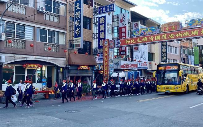 29日埔里鎮祈安清醮開始,除全鎮茹素7日,埔里街上也舉辦熱鬧的媽祖入城遶境活動。(黃立杰攝)