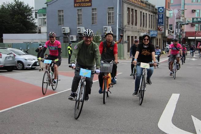 交通部長林佳龍29日到苗栗縣騎乘自行車踏勘,從大山火車站抵後龍火車站。(何冠嫻攝)