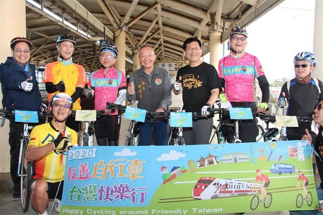 迎接2021年自行車旅遊年,交通部長林佳龍29日到苗栗縣騎乘自行車踏勘,與苗栗縣長徐耀昌推廣自行車旅遊。(何冠嫻攝)