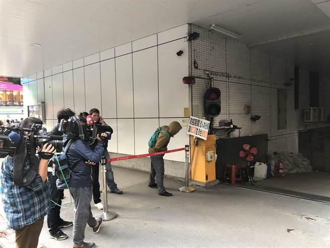 中正一分局在騎樓拉起紅龍線讓行政院前發言人丁怡銘私家車迅速離開警局。(李文正攝)