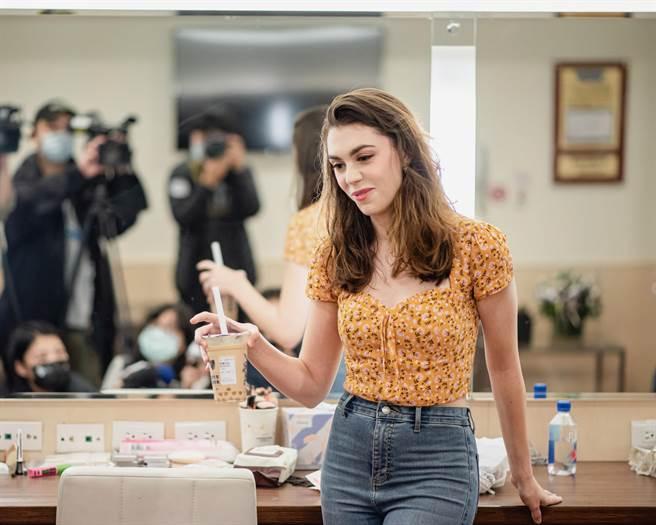 女主角Kaley超愛台灣珍珠奶茶。(寬宏藝術提供)