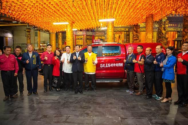石碇五路財神廟捐贈新北市消防局災勘車及救災器材。(新北市消防局提供)