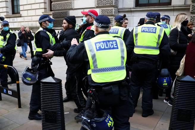 數百名示威者28日無視大型集會禁令,聚集在倫敦西區(West End)街頭,抗議政府封鎖措施,還反對接種新冠肺炎疫苗。警方隨即進行清場,逮捕至少155人。(路透)