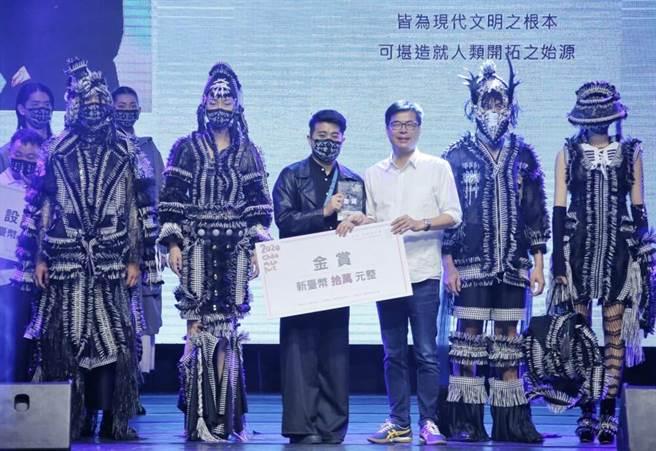 設計師魏子淵(左3)獲得金賞,由高雄市市長陳其邁(左4)頒發。(高雄市政府青年局提供)