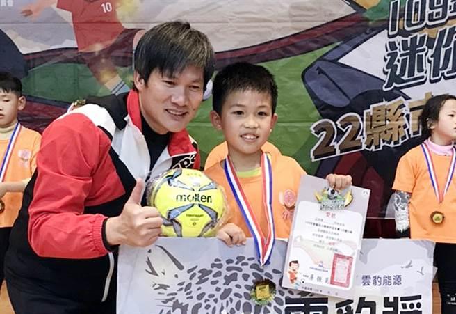 介壽國小球員周睦森(右)獲雲豹獎。(迷你足球協會提供)