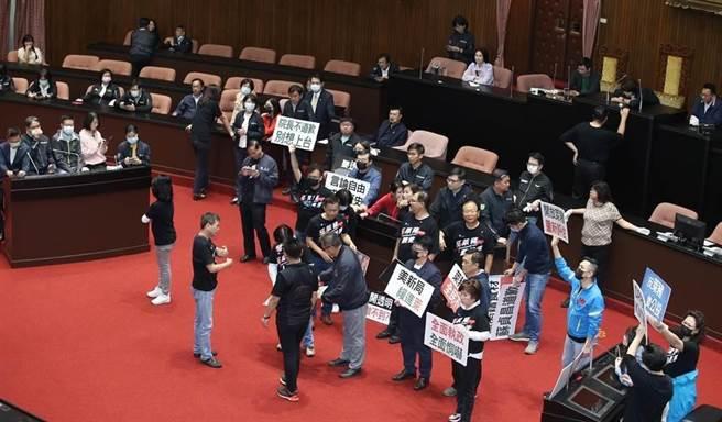 27日國民黨與民進黨立委搶占主席台與發言台。(資料照,姚志平攝)
