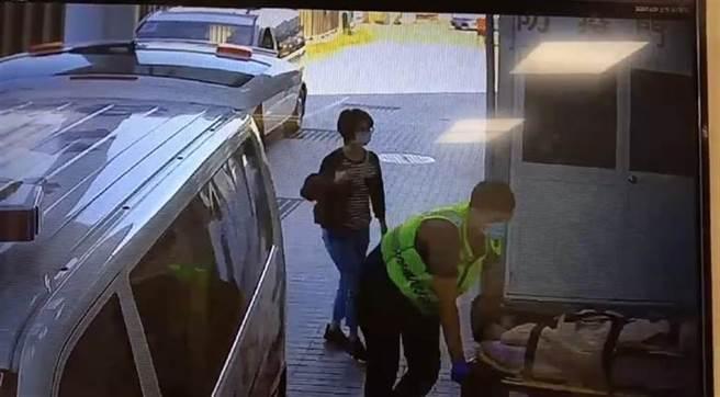 25歲女子疑與男友吵架,竟在國道6號上從大貨車跳車,遭後方車輛碾碎大腿。(民眾提供/馮惠宜台中傳真)