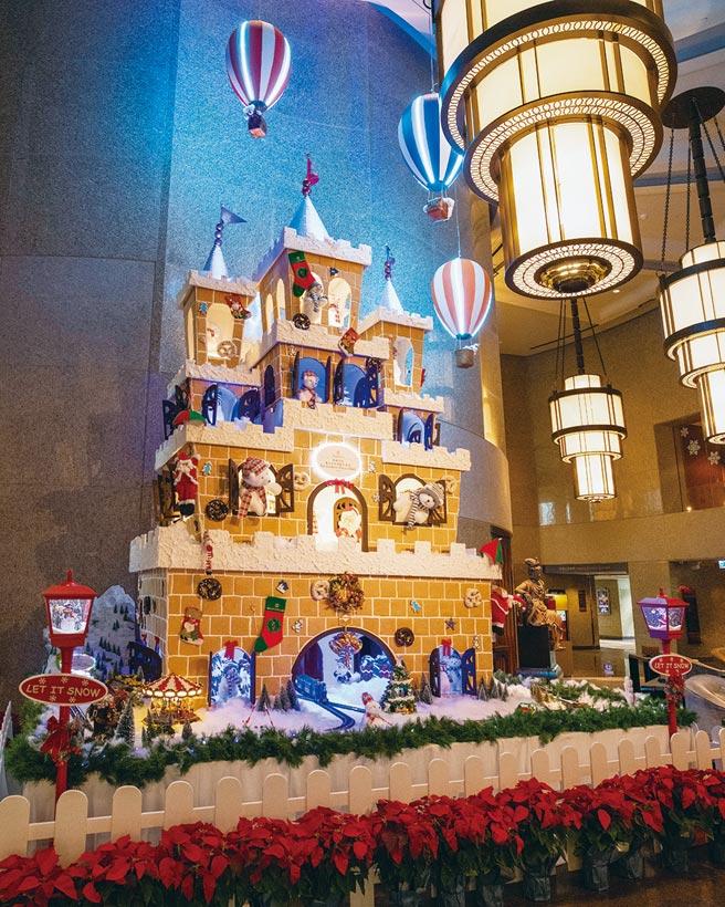 台北遠東Lobby有一座堪稱全台北最高的耶誕薑餅城堡王國,一開放就立即成為拍照打卡亮點,拍照上傳社群還可參加抽獎。圖/業者提供