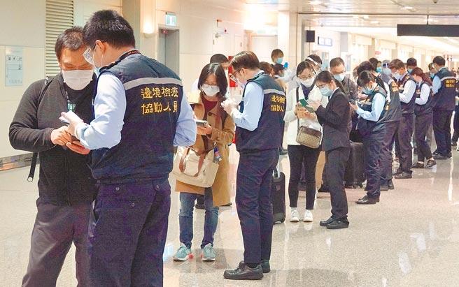 中央流行疫情指揮中心日前宣布,自12月1日起實施秋冬防疫專案,不少海外民眾紛紛搶在新制上路前返台。(范揚光攝)