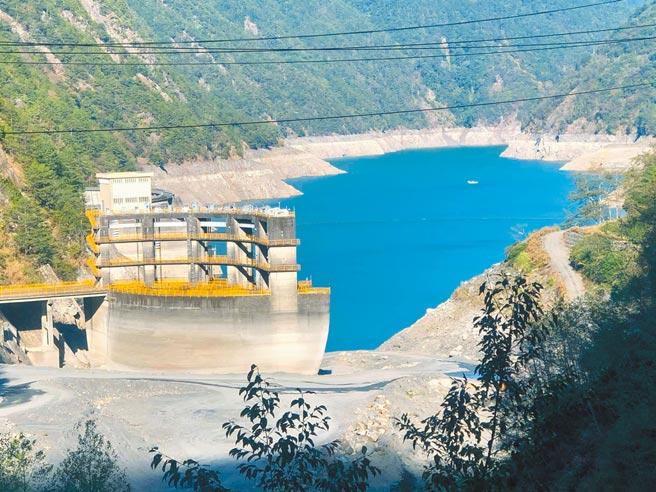大甲溪上游德基水庫水位持續下探,6月曾出現1358公尺超低水位,創40年新低紀錄,目前在1370公尺上下擺盪。(楊國禎提供/王文吉台中傳真)